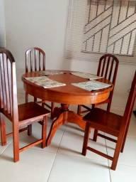 Vendo mesa em madeira maciça c/ 4 cadeiras + 02 banquetas