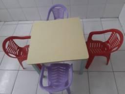 Mesas para educação infantil com cadeiras.