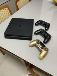 Título do anúncio: Vendo PS4 Slim de 1TB com 3 Controles Originais e 2 Jogos Físicos