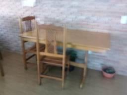 Uma mesa de madeira ela mede 160 metro quadrado