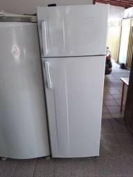 Vende se cansadinha geladeira