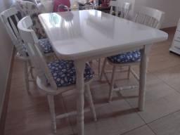 Mesa Branca de Madeira com 4 cadeiras