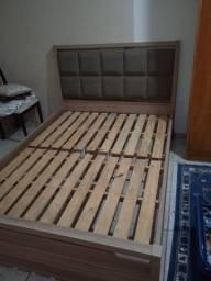 Cama com cabeceira almofadada de madeira