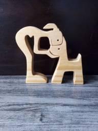Escultura de uma menina com o cachorrinho