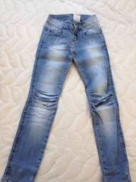 Calça jeans com detalhes no joelho
