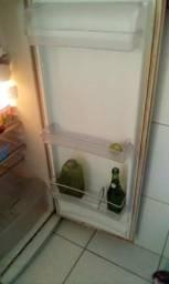 Tou com uma geladeira pra vendê
