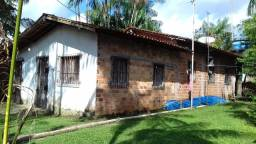 Casa no Tapanã (Rua Olaria III) com terreno amplo e arborizado.