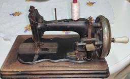 Máquina de Costura antiga a manivela Canoinha funcionando perfeitamente.