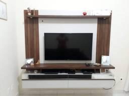 Painel de TV com leds e portas basculantes espelhadas