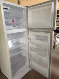 Título do anúncio: Vende-se geladeira Eletrolux.