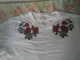 Camisa branca com estampa de Rosas