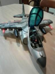 Avião de Brinquedo tipo Caça com um boneco articulado.