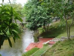 Granja com árvores frutíferas e rio no Pium