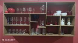 Cristaleira com copos; taças e vidros de decoração
