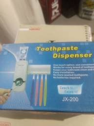 Suporte de escova e pasta de dente novo