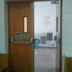 Assentamento de portas e restauracao *