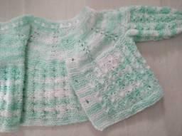 Título do anúncio: Casaquinho de bebê de trico feito a mão.