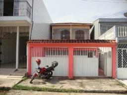 Lotus Aluga Excelente Casa com 2 Pav., na Rua Silva Rosado, São Brás