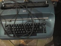Duas maquinas de escrever eletricas