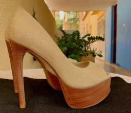 Sapato Schutz cor em tecido marfim, salto madeira