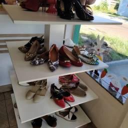 Móveis e estoque de loja de calçados