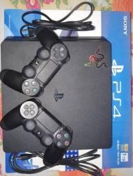 PS4 - SLIM - 1 TB - 2 Controles - 1 refrigerador e carregador de PS4 - 1 jogo brinde