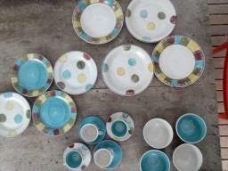 Conjunto de pratos e xícaras de louça