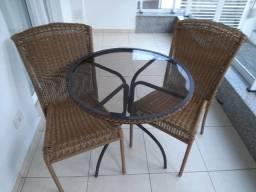 Mesa redonda usada, com estrutura  em aço galvanizado e 2 cadeiras com fibra sintética