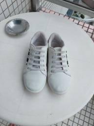 Vende-se tênis branco