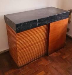 Balcão de madeira com tampo de mármore