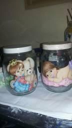 Pinturas em tecido.pote de vidro e vasilhas de plastico