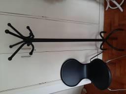 Linda Cadeira courino preta e cabideiro preto Tok stok