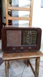 Rádio a Válvula Antigo