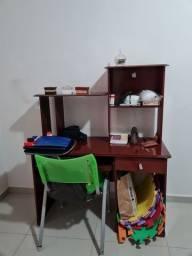 Escrivaninha com a cadeira