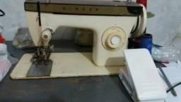 Máquina de costura com caseador