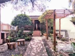 Villarinho Imóveis vende diferenciada casa com 2 dormitórios, terreno arborizado, 5vg de g