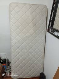 Parte inferior de uma cama box em ótimo estado
