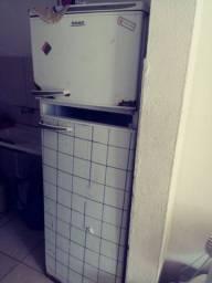 Geladeira para conserto só a porta que esta solta. Resto tá tudo funcionando bem