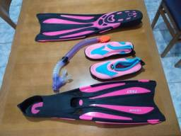 Nadadeiras, sapato de água e snorkel.