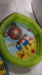 Bóia e piscina infantil
