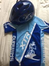 Blusa e capacete de bicicleta