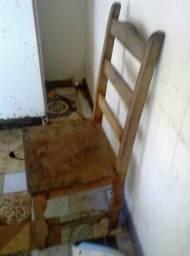 5 cadeiras de madeira boa só falta pinta e elas ficam nova