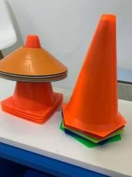 Cones, argolas e chapéu chinês