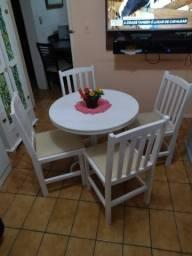 Título do anúncio: Mesa com 4 cadeiras, estão bem direitinhas