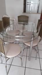 Mesa de vidro com 6 cadeiras, em bom estado.