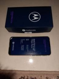 Vende se um celular Motorola One Fuson
