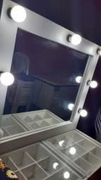 Penteadeira espelhada com iluminação