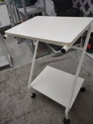 Vendo mesa auxiliar linda em madeira com rodas