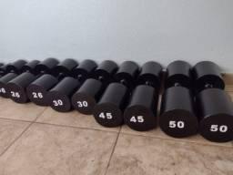 Halteres de 1 a 50 kg, barras, caneleiras, colchonetes, suportes em promoção