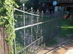 Lindo portão de ferro maciço forjado